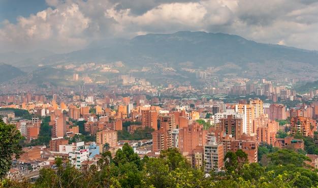 Городской пейзаж медельина, колумбия