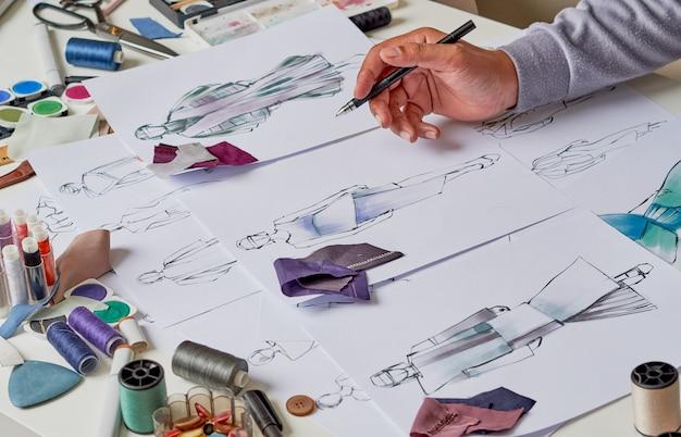 衣装デザインをスケッチするファッションデザイナー
