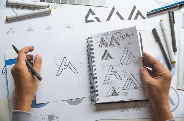 Графический дизайнер эскиз дизайна логотипа