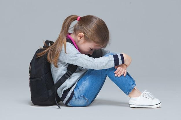 授業の後疲れて座っている小学生の女の子