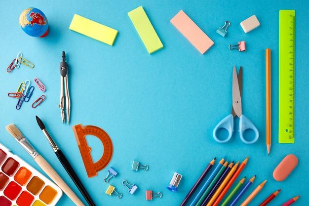 青いテクスチャ紙の背景に学校のコンセプトに戻る。