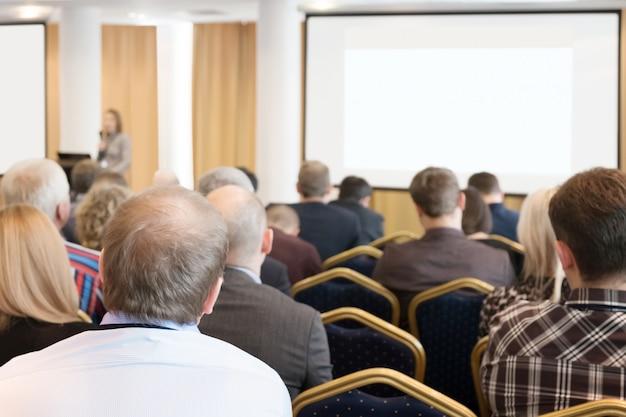 会議で聞いているビジネス人々のグループ。水平画像