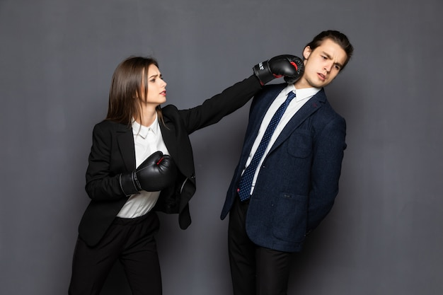 肖像画の実業家と分離されたボクシンググローブと彼女の腕の戦いにあざを持つビジネスウーマン