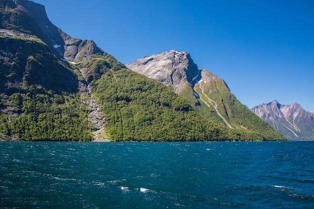 ノルウェーのヒョルンフィヨルドで劇的な日当たりの良い、美しさの風景