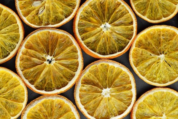 乾燥したオレンジスライスの創造的なレイアウトパターン。クリスマスの背景。
