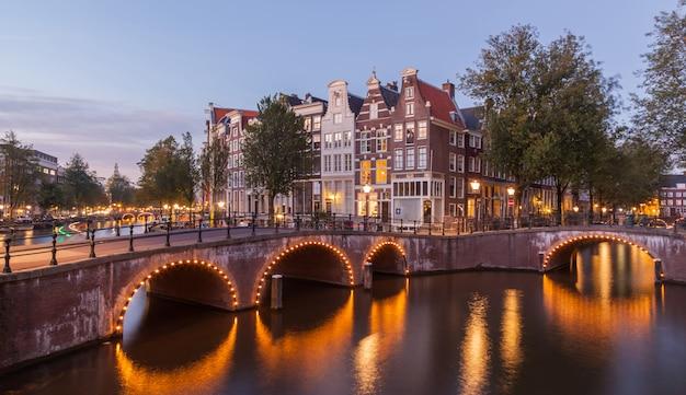 ほこり夕暮れでアムステルダムの運河の風景