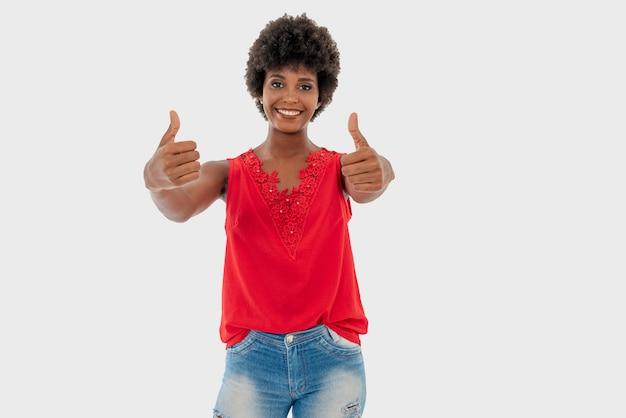 黒人女性が分離され、日常のさまざまな状況で笑っています。