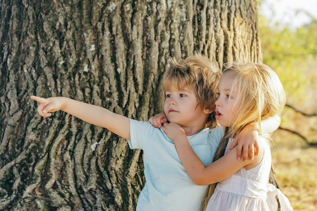 子供たちは春や夏の自然の屋外の背景を受け入れる