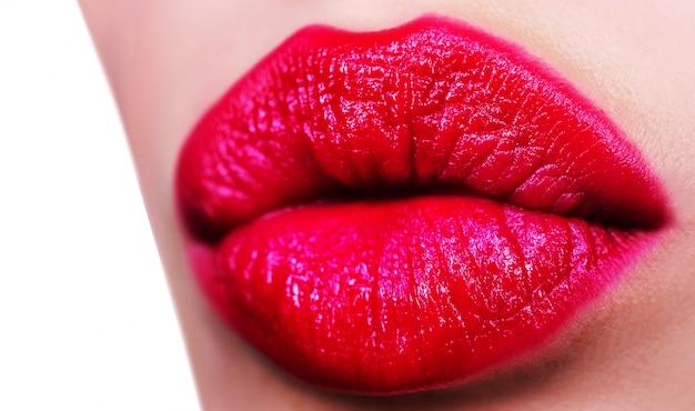 赤い女性の唇は白で隔離されます。