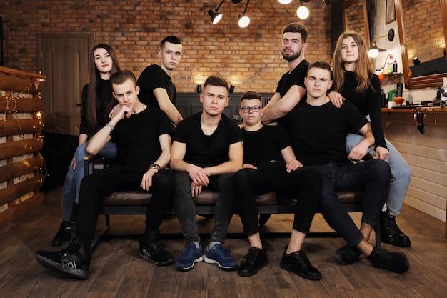 若い専門理髪師のチーム