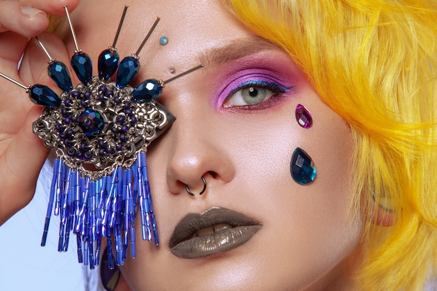 Красивая девушка с креативным макияжем