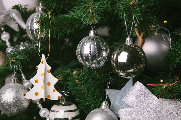 おもちゃで飾られたクリスマスツリー