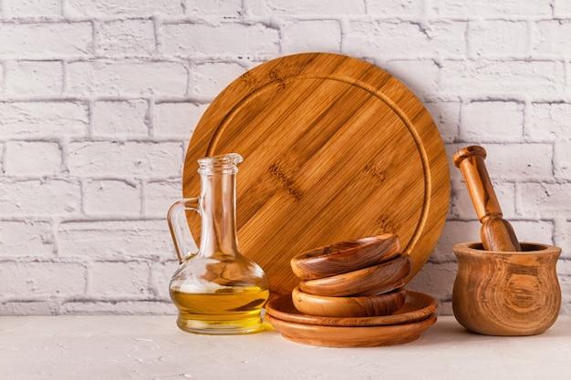 白いテーブルの上の木製食器。