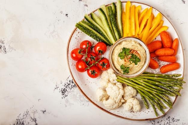 新鮮な野菜の盛り合わせと健康的な自家製フムス。