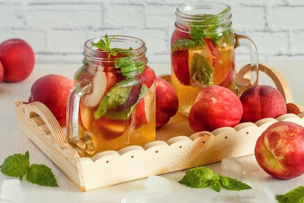 桃とミントの葉を使った自家製レモネード。