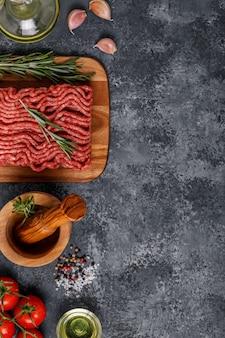 Рубленое мясо со специями, зеленью, оливковым маслом.