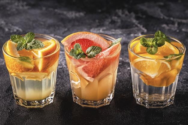 レモン、グレープフルーツ、オレンジの自家製カクテル/デトックスフルーツ入りの水
