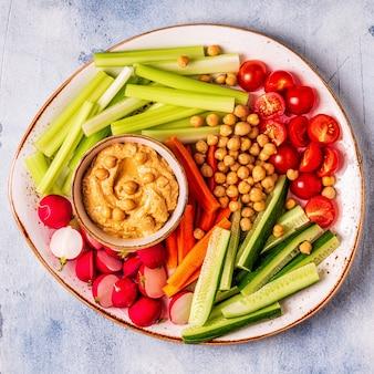 新鮮な生野菜のフムス