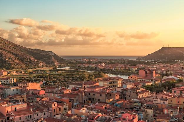 ボーザ、サルデーニャ、イタリアの夕日