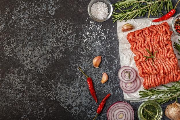 玉ねぎとハーブの紙に生のミンチ肉