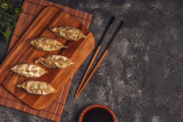 木の板に新鮮な餃子