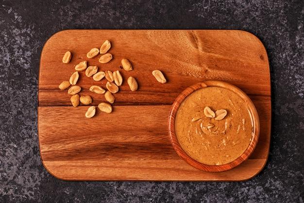 木の板にピーナッツバターのボウル