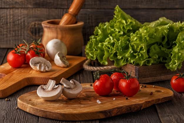野菜、ハーブ、スパイス、木の板