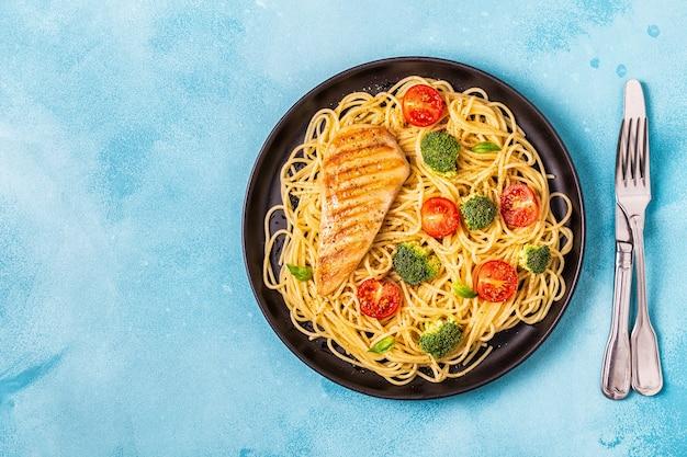 スパゲッティトマトブロッコリーチキンのプレート