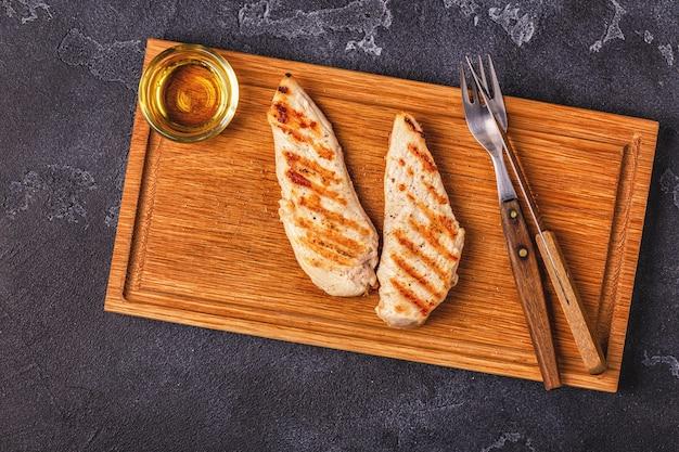 サービングボード上の揚げ鶏の胸肉