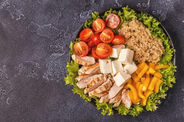 鶏胸肉のグリル、野菜、キノア、チーズ