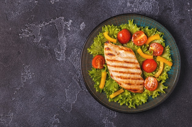 鶏胸肉のグリル、野菜サラダ添え