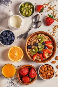 ヘルシーな朝食-ミューズリー、ベリー、フルーツのボウル