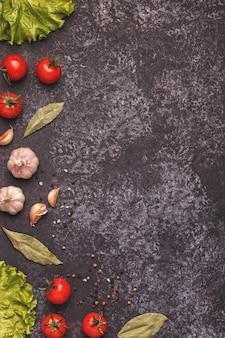暗いコンクリート背景で調理するための食材