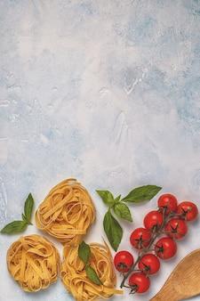 パスタ、スパイス、野菜とイタリア料理の背景