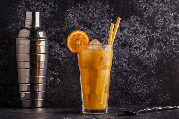 オレンジジュースとアイスキューブのカクテル