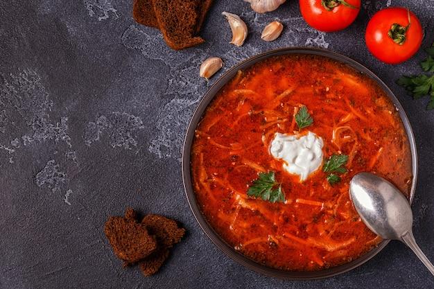 ウクライナとロシアの伝統的な赤いスープ