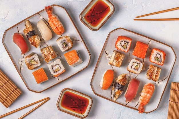 寿司セット:寿司とプレート上の巻き寿司