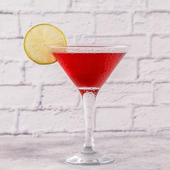 ライムで飾られた国際色豊かなカクテルのグラス