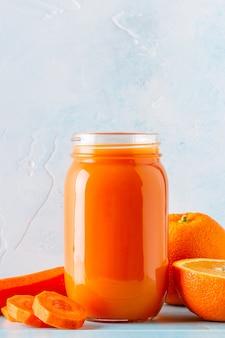 オレンジ色のスムージー/瓶入りジュース