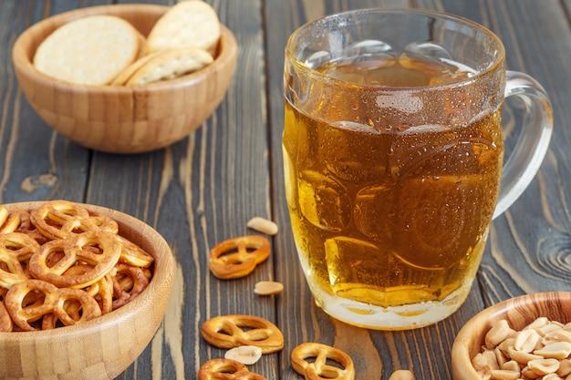 Пиво с кренделями, крекерами и орехами.