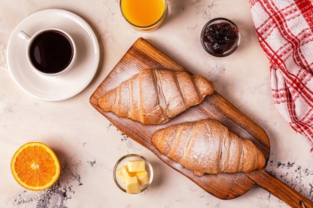 Вкусный завтрак со свежими круассанами.