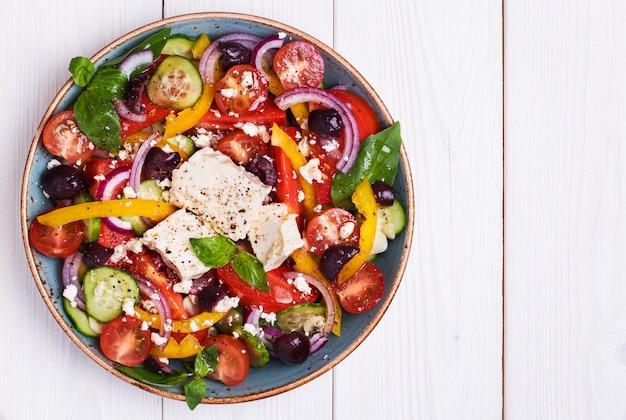 Греческий салат со свежими овощами, сыром фета, маслинами