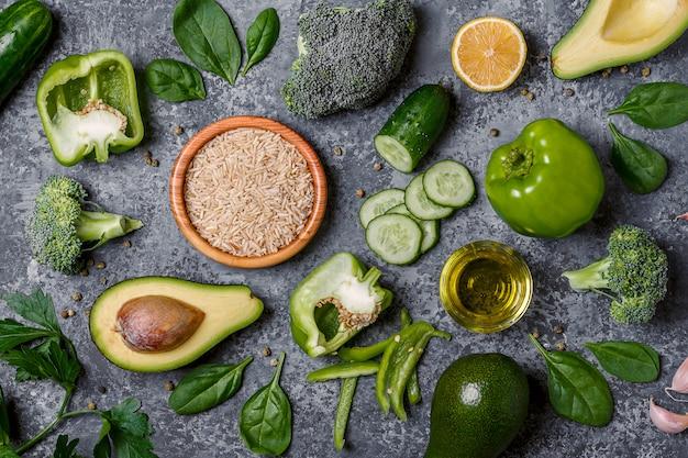 組成ベジタリアン、ダイエット食品-緑の野菜、米、オリーブオイル