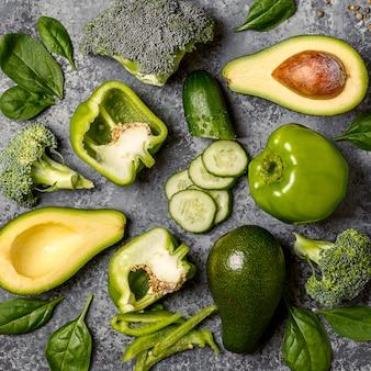 コンクリートテーブルの上の緑の野菜。