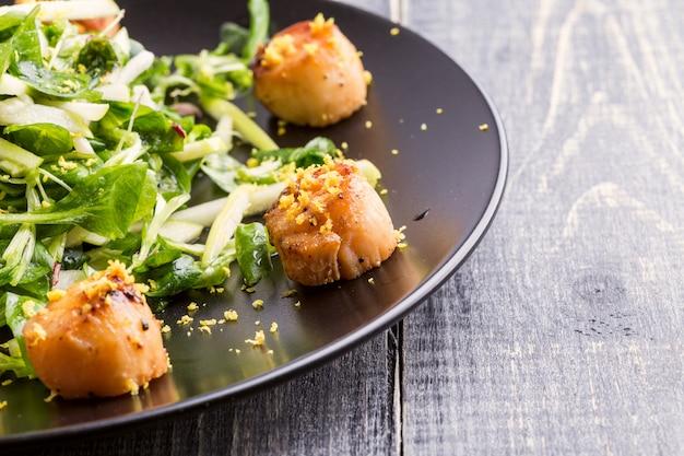 Жареные морские гребешки с хрустящим зеленым салатом