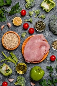 夕食の食材-野菜、米、七面鳥のステーキ。