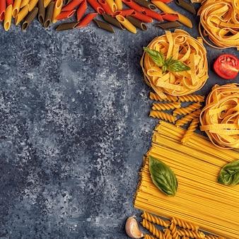 パスタ、スパイス、野菜のイタリア料理のテーブル。
