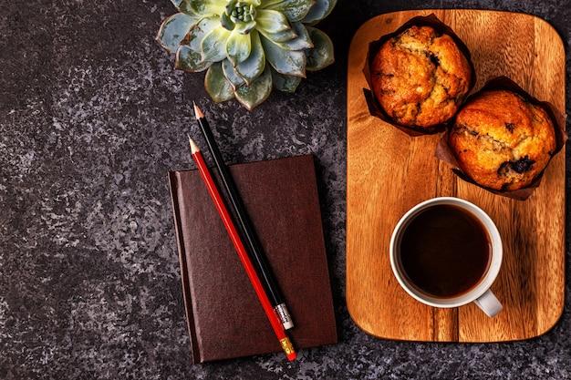 メモ帳、花、コーヒーとテーブル。