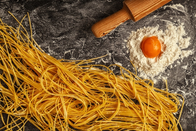 新鮮な自家製パスタ、スパゲッティ。