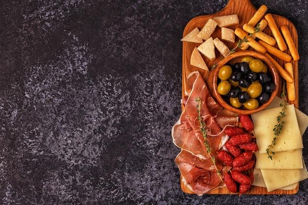 Колбаса с маслинами прошутто сырными хлебными палочками.